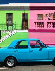 Buntes Auto vor bunten Häusern; Kapstadt, Südafrika