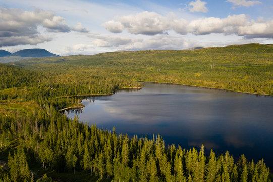 Ruhiger See in Nord-Norwegen mit Wald; Norwegen
