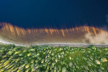 Seeufer mit Bäumen und Schatten von oben aus der Vogelperspektive; Norwegen