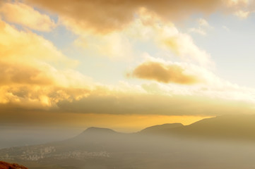 Fotobehang - Dpamatic sky at sunset. The strength of the mountains in the sun at sunset. Beautiful mountain landscape.
