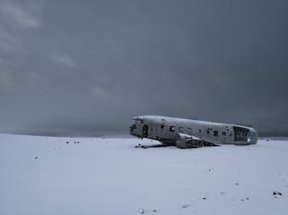 Ein ausgeschlachtetes Flugzeugwrack von der Seite