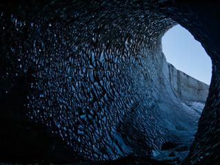 Der Nebenausgang von einer blauen Gletscherhöhle
