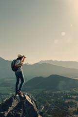 Mujer joven en una cima de montaña