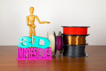 Obraz 3D printing filament reels with wooden anthropomorphic doll with text in spanish