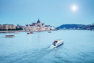 Fototapete - Evening view of Hungarian Parliament with Margit bridge. Famous place Budapest, Hungary, Europe.