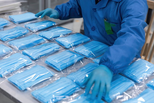 With the global spread of novel coronavirusCOVID-19 pneumatia, medical mask production workers are organizing masks to prepare for the epidemic.