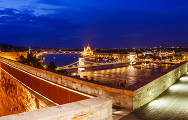 Fototapete - Idyllic evening view of Hungarian Parliament and Chain Bridge.