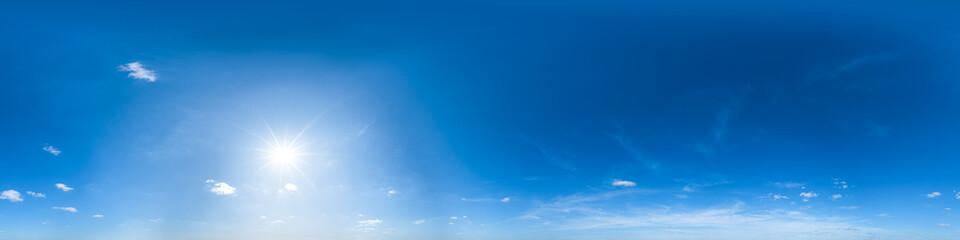 Nahtloses Panorama mit weiß-blauem Himmel in 360-Grad-Ansicht mit schöner Cumulus-Bewölkung zur Verwendung in 3D-Grafiken als Himmelskuppel oder zur Nachbearbeitung von Drohnenaufnahmen Wall mural