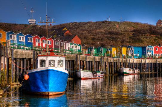 Die bunten Hummerbuden im Hafen von Helgoland