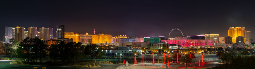 USA, Nevada, Clark County, Las Vegas Strip. A panorama of the skyline of the famous hotels and casinos in this world-class city at night Fotomurales