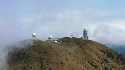Fotomurales - Aerial view of Mt. Dai Mo Shan and weather radar site in fog