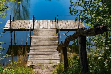 Eine wildromantische Anlegestelle an einem Natursee