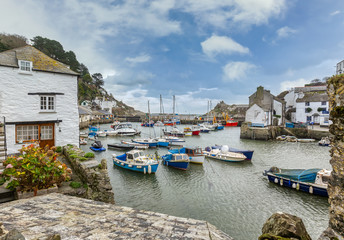 View between cottages, at the historic fishing harbour of Polperro in Cornwall. Fotomurales