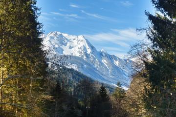 Fototapete - Blick zu einem verschneiten Berg