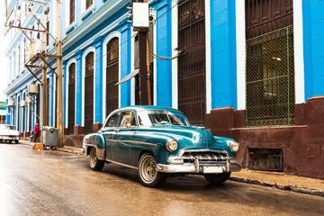 Fond de hotte en verre imprimé Vintage voitures old blue green classic car in front of blue building in havana cuba