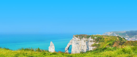 Aluminium Prints Blue Picturesque panoramic landscape on a sunny summer day, natural amazing cliffs. Etretat, Normandy, France. Coast of the Pays de Caux area, summer day, tourists and holidaymakers on cliffs