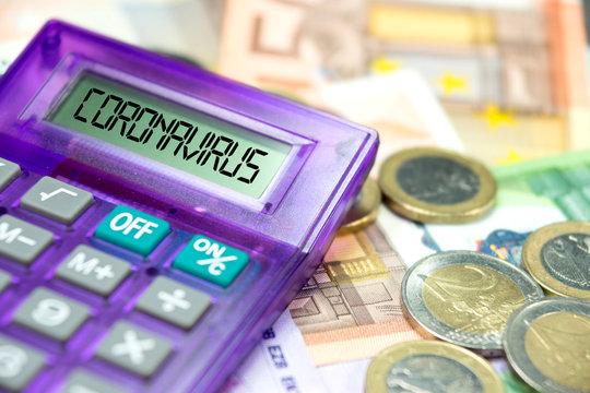 Taschenrechner, Euro Geldscheine und Coronavirus in Europa