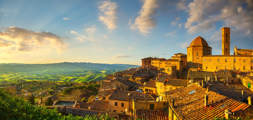 Fotorolgordijn Toscane Tuscany, Volterra town skyline, church and panoramic view at sunset. Italy