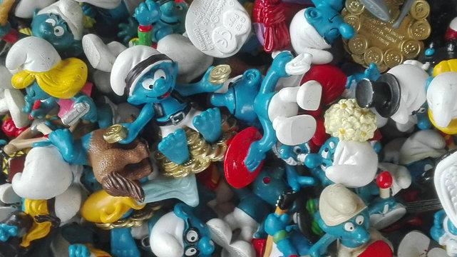 sehr viele Schlumpf-Figuren auf einem Haufen , wild durcheinander, formatfüllend