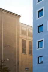 Neubau neben Altbau