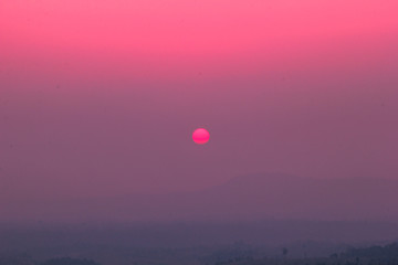Photo sur Plexiglas Rose banbon The blurred abstract background of the sun reversing the horizon in the mountains, colorful change over time, the beauty of seasonal nature