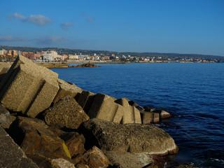 Blocs de béton le long de la plage à Civitavecchia, Italie