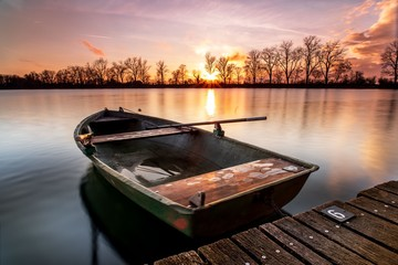 boat on lake at sunset Fotomurales