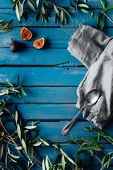 Blauer Holztisch für Produkte oder Essen