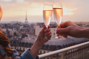couple drinking champagne or wine in Paris luxurious restaurant with view of Eiffel tower, luxury romantic getaway honeymoon Fotomurales