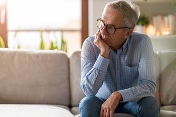 Worried senior man sitting alone in his home Papier Peint