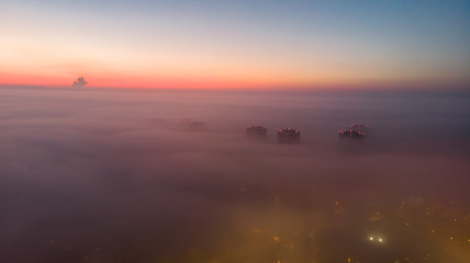Miasta pokryte mgłą
