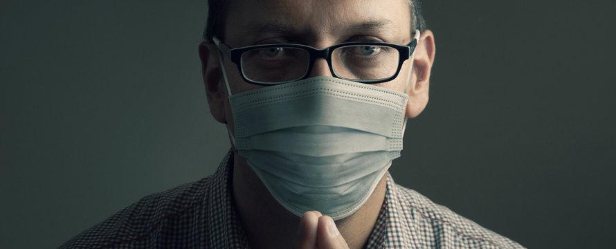 Hombre joven con mascarilla por Corona Virus