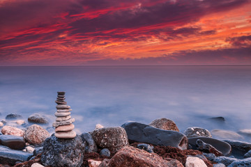 Stores à enrouleur Zen pierres a sable Zen sunset by the sea. Stack of stones