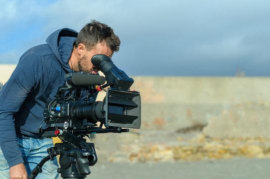 Camarógrafo con cámara de cine digital