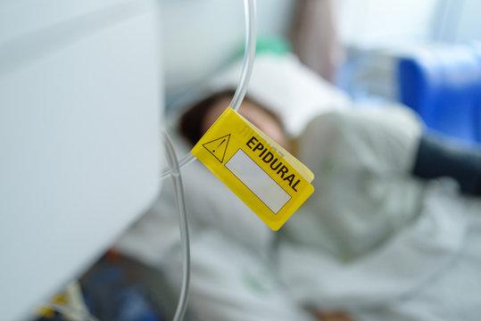 Etiqueta amarilla epidural en hospital
