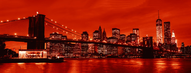 Stores à enrouleur Rouge traffic Manhattan and Brooklyn Bridge at night