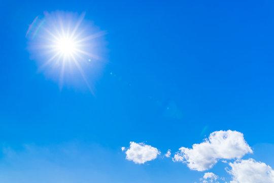 春の青空と太陽