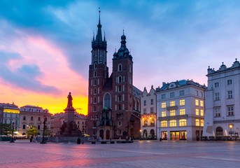 Fotorollo Krakau Krakow. St. Mary's Church and market square at dawn.