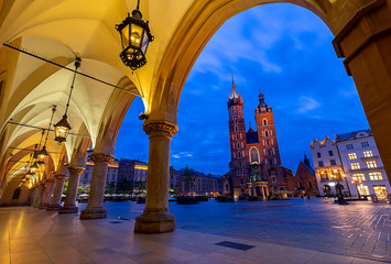 Autocollant pour porte Cracovie Krakow. St. Mary's Church and market square at dawn.