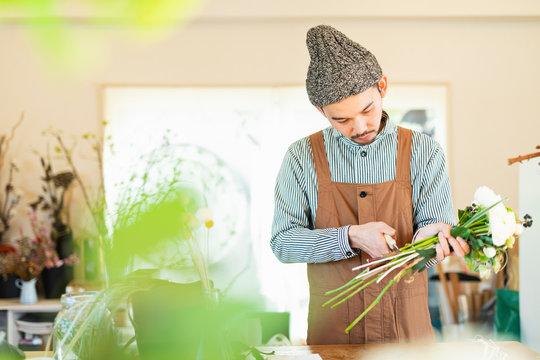 花屋で働く男性