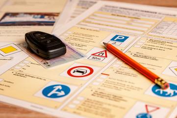 Fahrschulkbogen Führerschein und Autoschlüssel in der Fahrschule