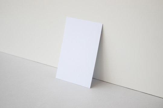 Mockup de tarjeta de visita blanca sobre fondo gris