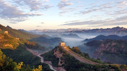 Foto op Plexiglas Chinese Muur Great Wall, fog, and mountains at sunset in China