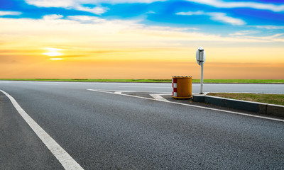 Keuken foto achterwand Grijs Empty Highway Asphalt Road and Beautiful Sky Landscape