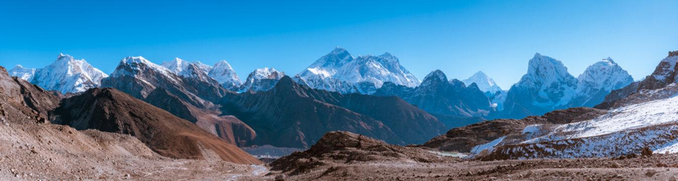 View from Renjo La facing to Everest Peak and Himalayan Mountains such as Nuptse, Lhotse, Hungchi, Kangchung, Chumbu, Pumori, Changtse, Nirekha, Makalu, Cholatse, Taboche and Phari Lapcha, Nepal
