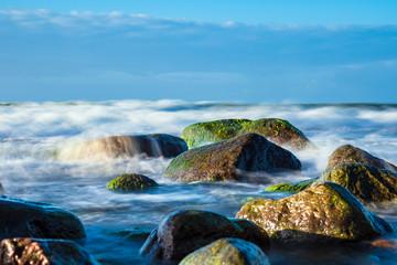 Fototapete - Steine an der Ostseeküste bei Warnemünde an einem stürmischen Tag