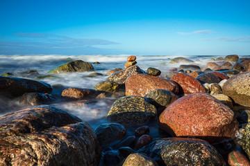 Wall Mural - Steine an der Ostseeküste bei Warnemünde an einem stürmischen Tag