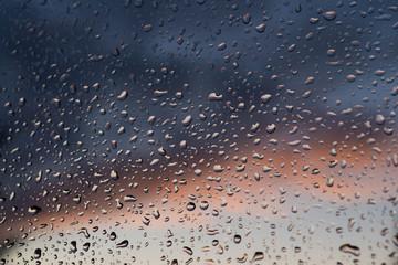 Obraz Okienna szyba pokryta kroplami deszczu. - fototapety do salonu