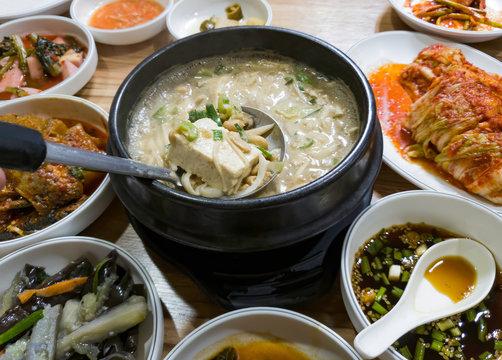 한국 전통음식 청국장과 반찬
