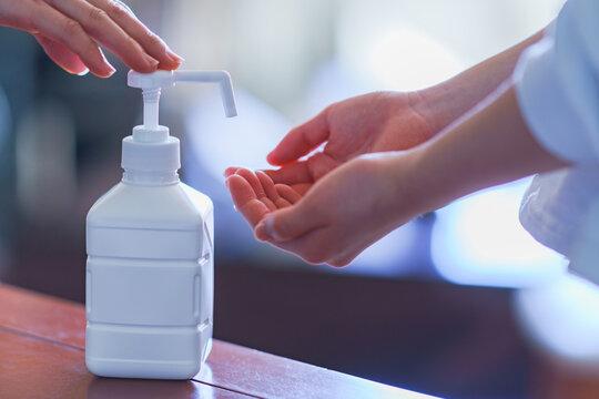 親子 消毒 アルコール アルコール消毒 ウィルス インフルエンザ コロナ 対策 予防 冬 人物 日本